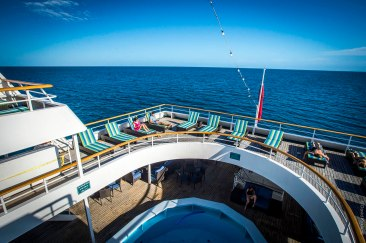Pooldeck der MV Reef Endeavour Captain Cook Cruises Fidschi