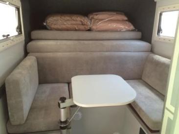 Britz Südafrika Namibia 2-Bett 4WD Camper Nissan Single Cab Navi Innenraum mit Tisch