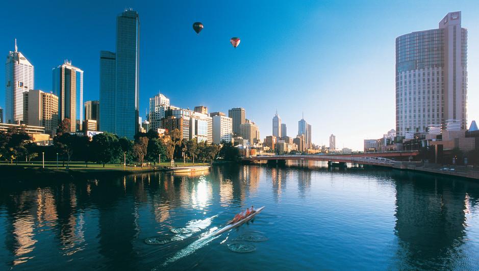 Blick auf Skyline Melbourne mit Yarra River und Heißluftballon Victoria Australien
