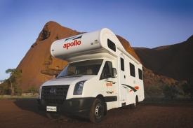 Apollo Australien 4-Bett Euro Star Wohnmobil vor Ayers Rock Uluru Northern Territory NT